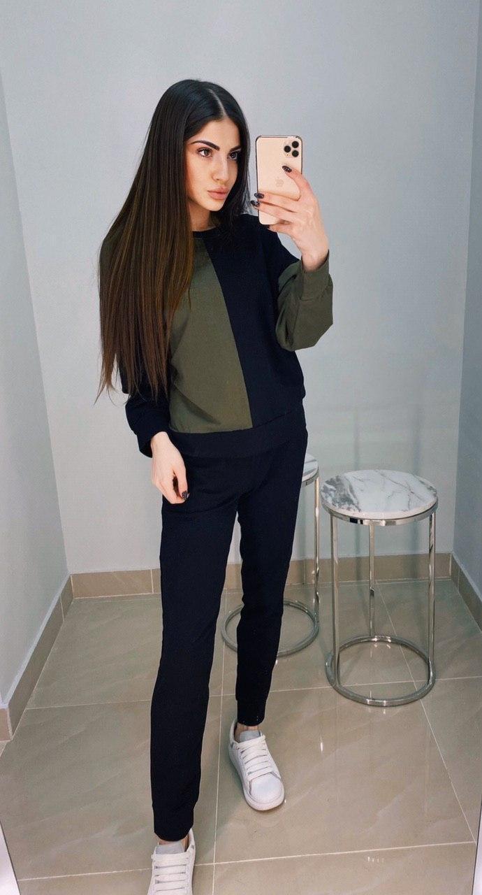 Женский спортивный костюм с двухцветной кофтой и штанами на манжетах 1105890