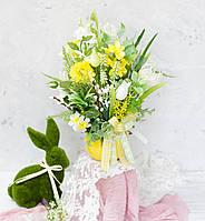 Композиция в кашпо-скорлупке желтая с нарциссами и тюльпанами