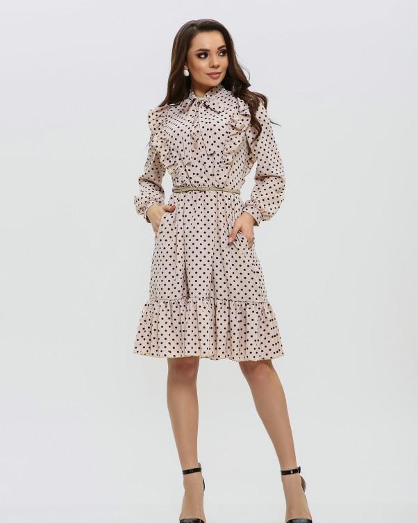 Бежевое платье с воланом и рюшами