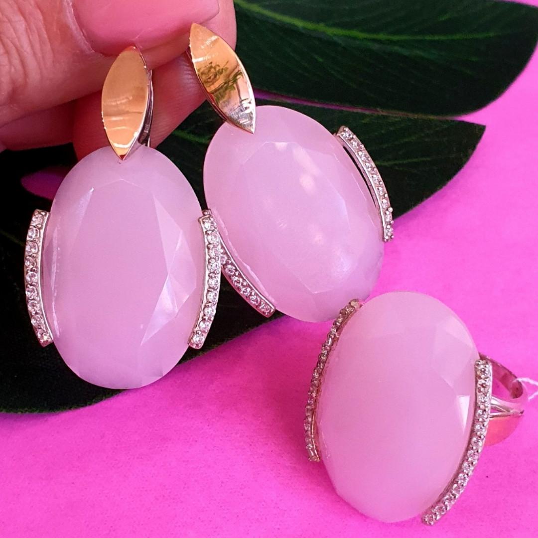 Серебряный комплект с розовым кварцем и золотом: серьги с розовым кварцем, кольцо серебряное с розовым кварцем