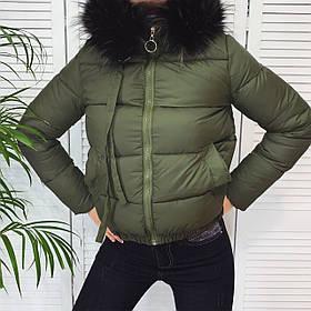 Женская короткая куртка из плащевки на синтепоне, с мехом на капюшоне, на молнии и с карманами  (42-46) Хаки