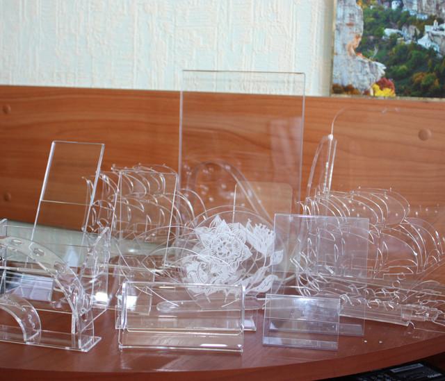 Изделия из акрила (подставки для товаров, менюхолдеры, ценники, таблички, визитницы, pos-продукция)