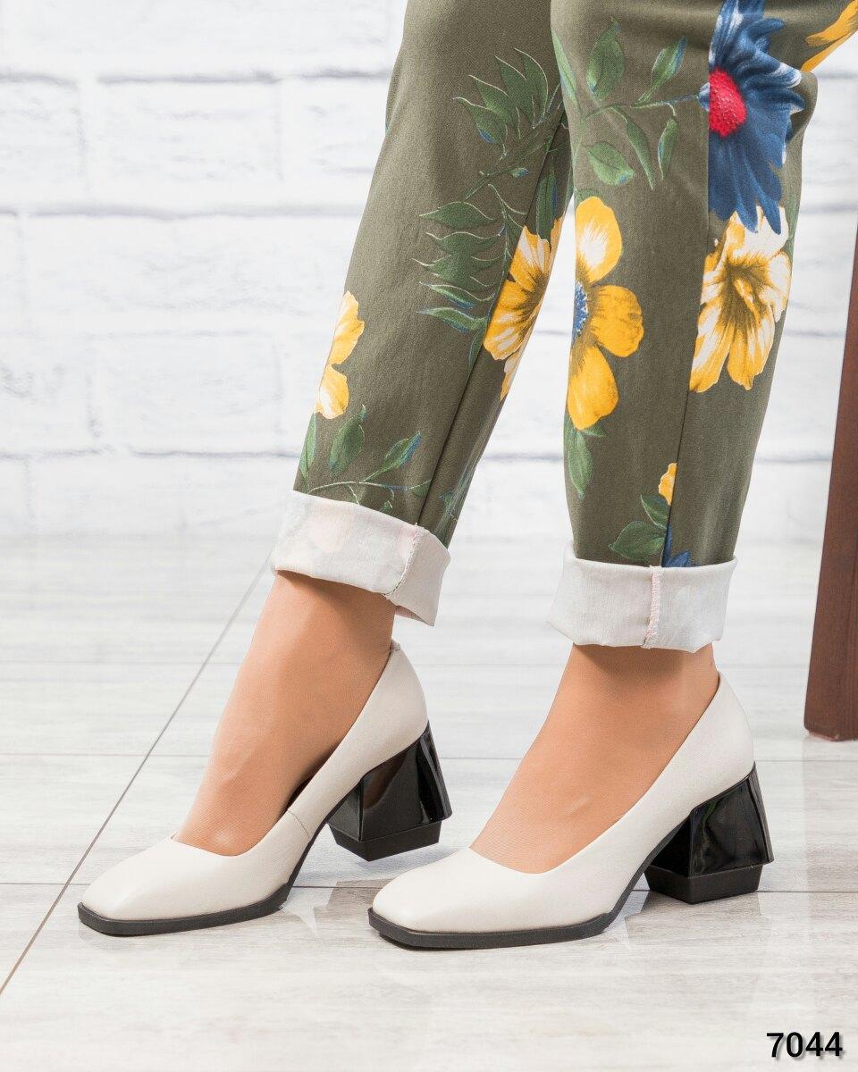 Туфли на эксклюзивном каблуке женские белые
