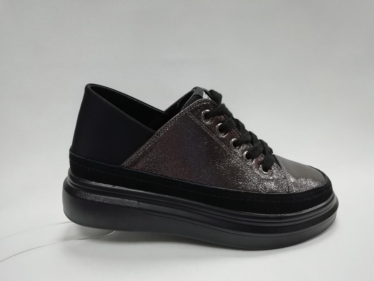 Черные туфли на танкетке и платформе.