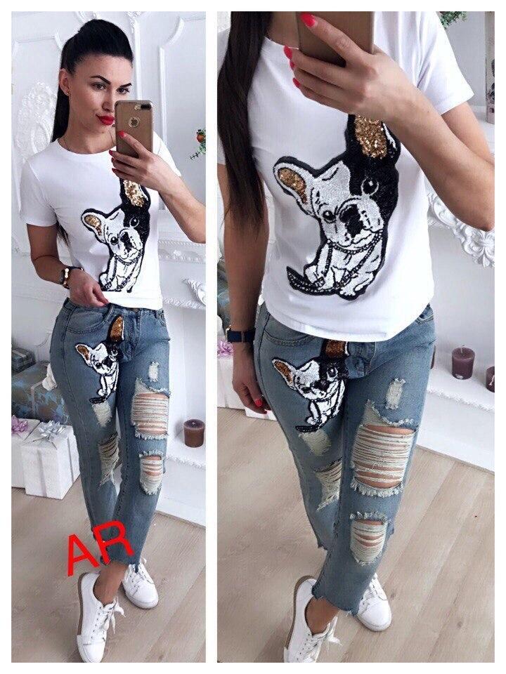 Женский крутой костюм: белая футболка с пайетками и джинсы