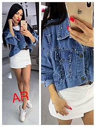 Женская модная короткая джинсовка украшена камнями и клепками