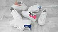 Стильные белые женские кроссовки  с цветным задником