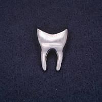 Брошь Зуб 18х22мм цвет металл серебристый