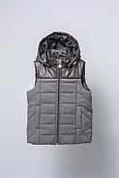 Жилет утепленный с капюшоном для мальчика (серый) 128 Модный карапуз