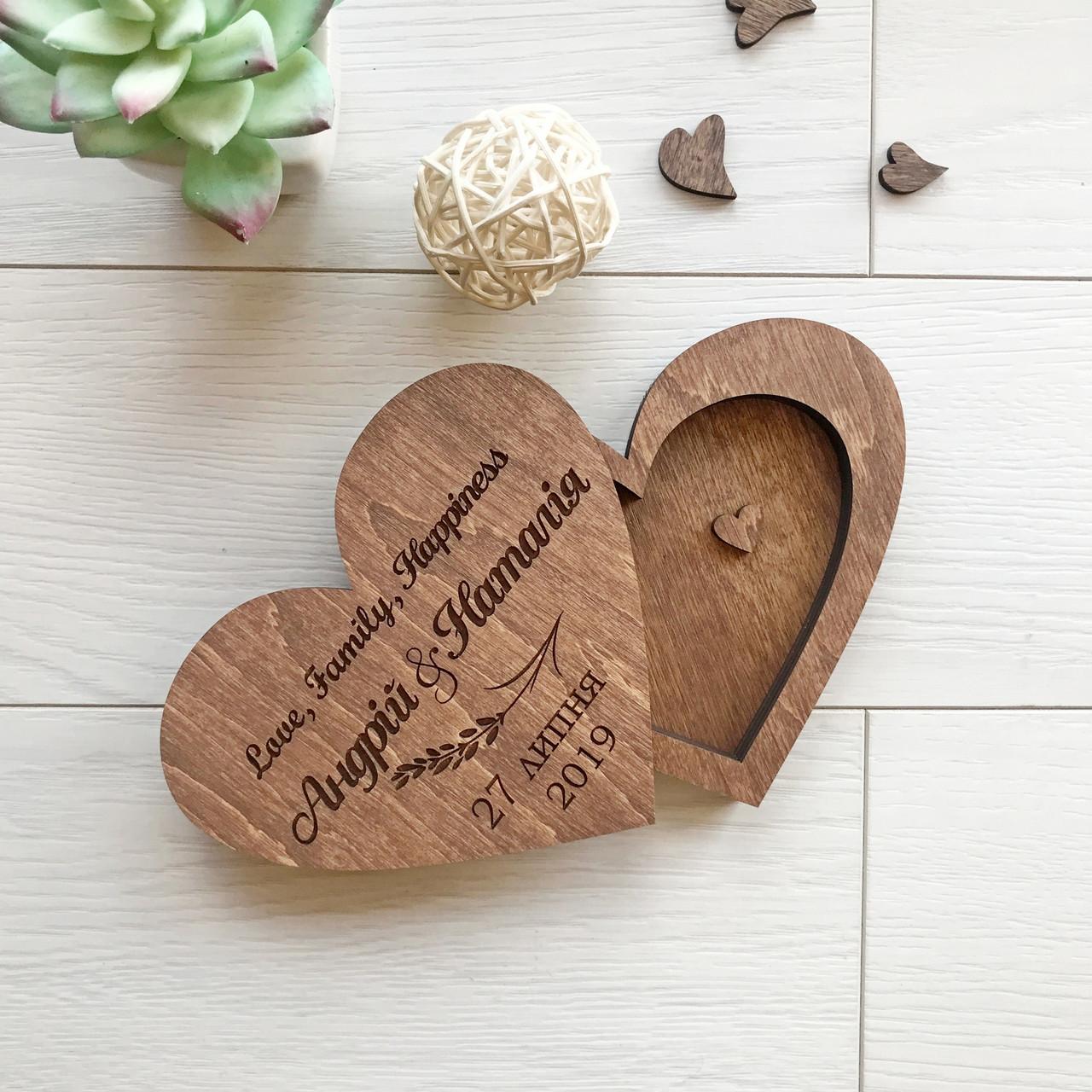 Деревянная свадебная коробочка для колец с именной гравировкой