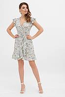 Светло-голубое летнее короткое платье без рукавов на запах в цветочный принт