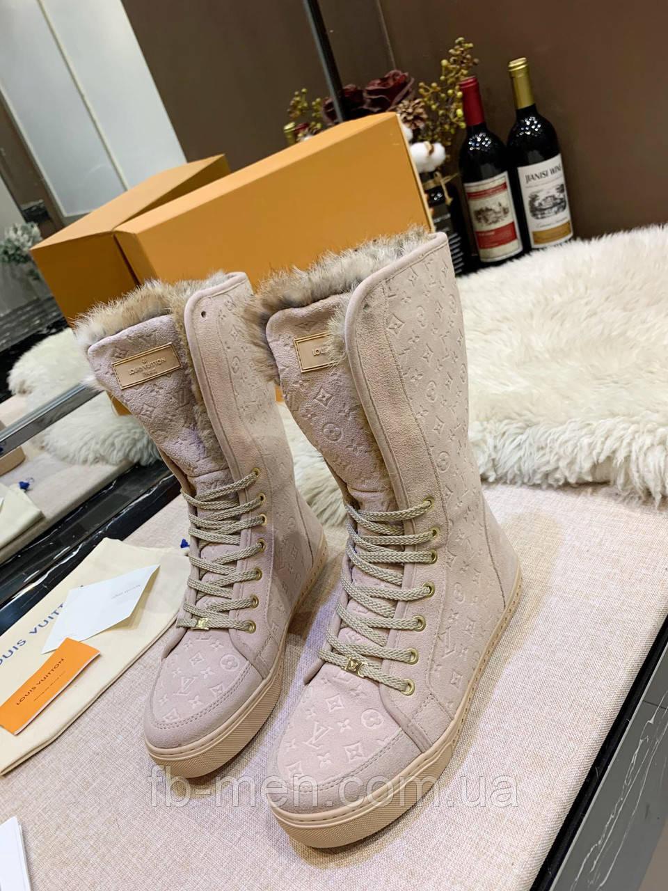 Ботинки Louis Vuitton Женские ботинки Луи Виттон бежевого цвета замшевые высокие