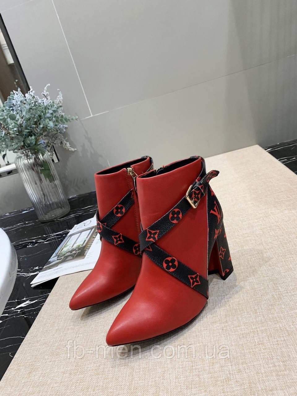 Красные ботильоны Louis Vuitton с темными элементами монограмм