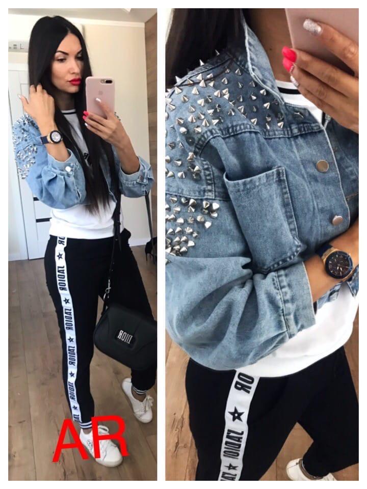Женская модная короткая джинсовка украшена шипами