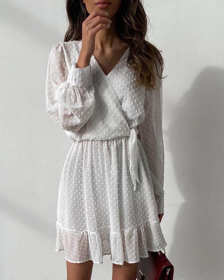 Красивое женское белое платье