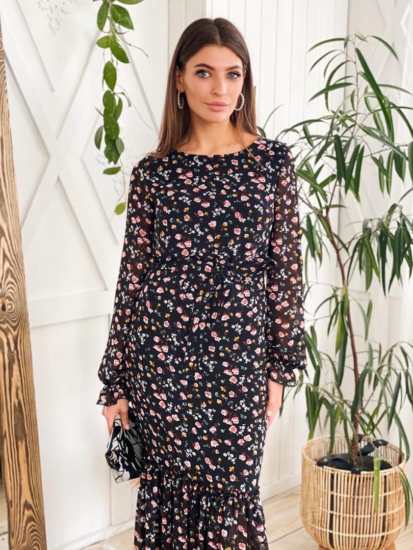 Женское стильное черное платье-миди с цветочным принтом