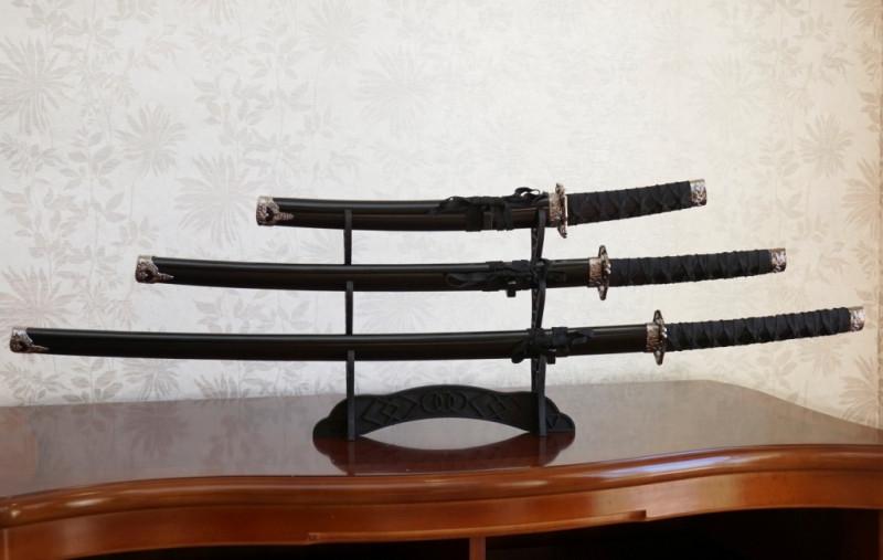 9310005 Набор из трёх самурайских мечей на подставке