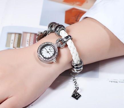 Шикарные часы с кристаллами  и  висящим на ремне   циферблатом (белые)