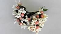 Сложные тычинки с розовой бусинкой белые