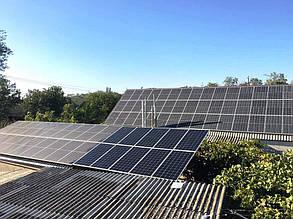 Десять додатково встановлених модулів на даху господарської будівлі.