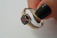 Серебряное кольцо с красным фианитом и золотом