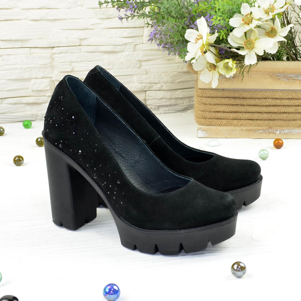 Женские черные замшевые туфли на высоком каблуке, декорированы стразами