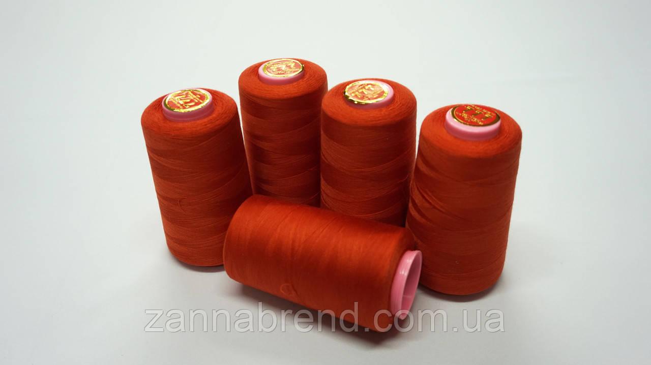 Котушка нитки морквяного кольору