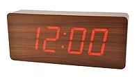 Стильные настольные часы под дерево VST865 с красной подсветкой