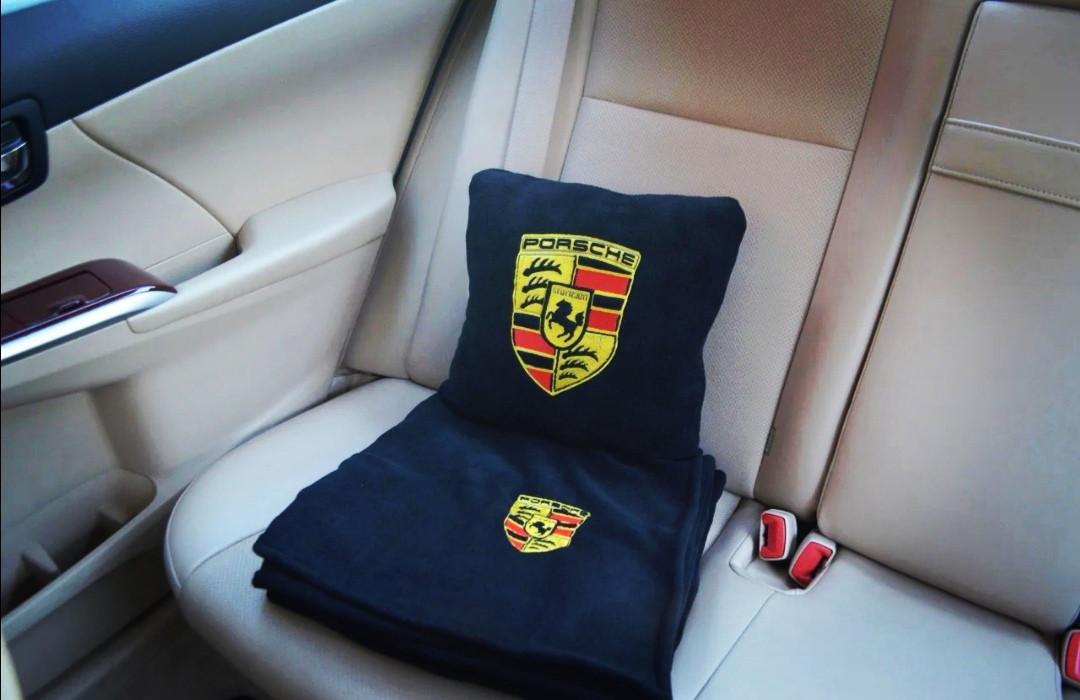 """Автомобильный плед-подушка с вышивкой логотипа """"PORSCHE"""""""
