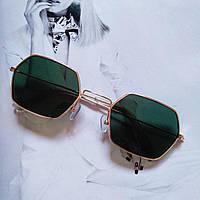 Солнцезащитные многоугольные очки  с цветной линзой темно-зелёный