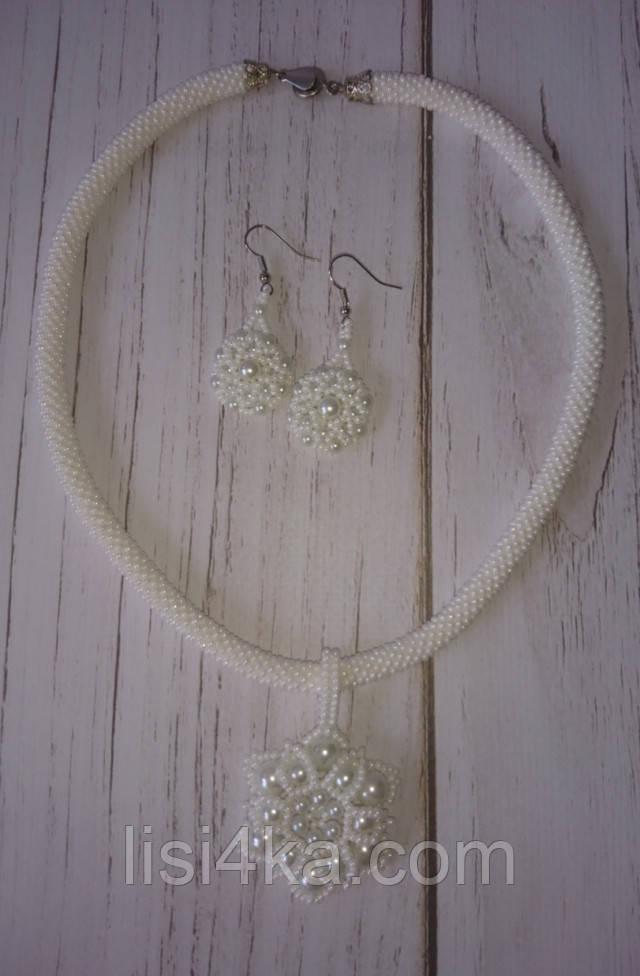 Комплект бижутерии из колье с кулоном и серег белого цвета