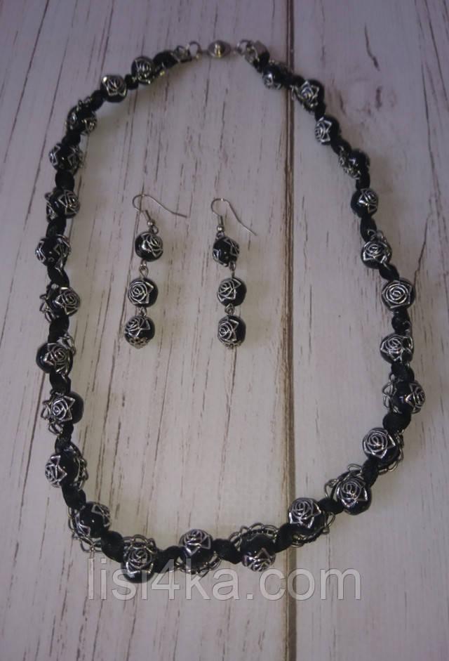 Комплект бижутерии из ожерелья и серег с мотивом роза черного цвета