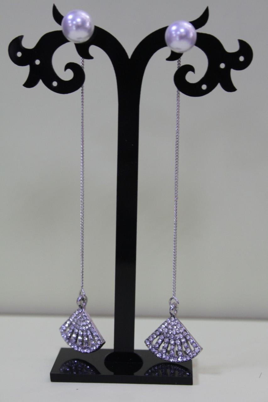 Великолепные серебристые серьги длинные с камнями и белой жемчужиной