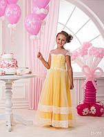 Длинное детское платье с кружевным подолом юбки