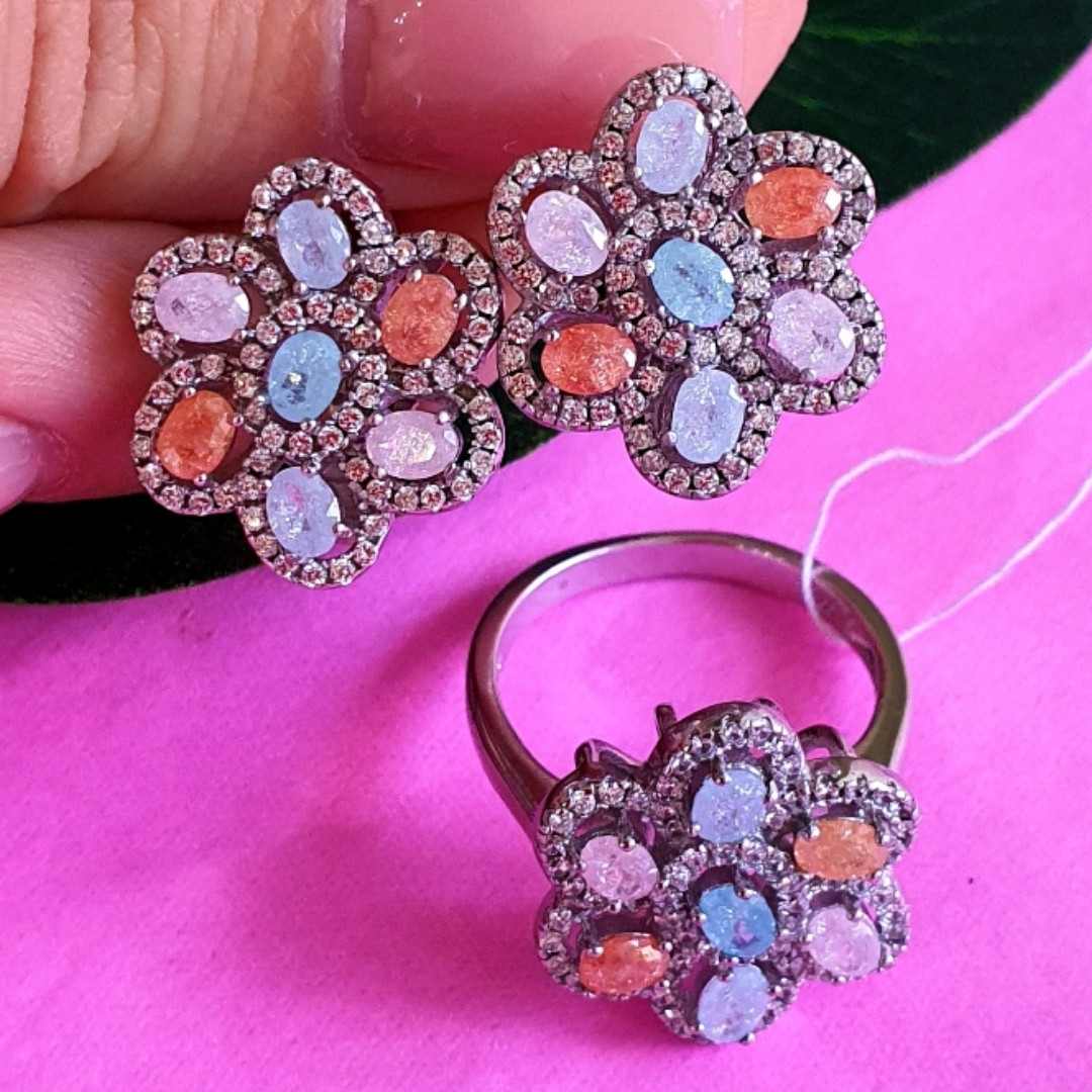 Срібний комплект: сережки і кільце у вигляді квітки з різнокольоровими кристалами