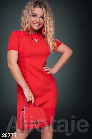 Яркое женское платье с гипюром вечернее красное полубатал