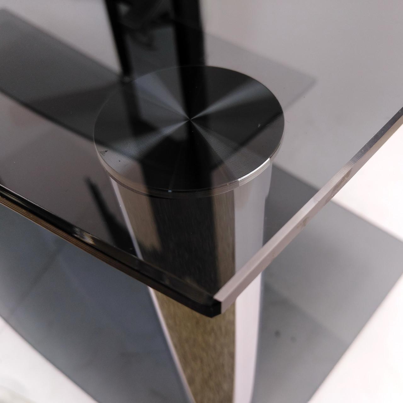 Стекло цвета Графит эффектно сочетается с черным металлом опор и кабель-канала