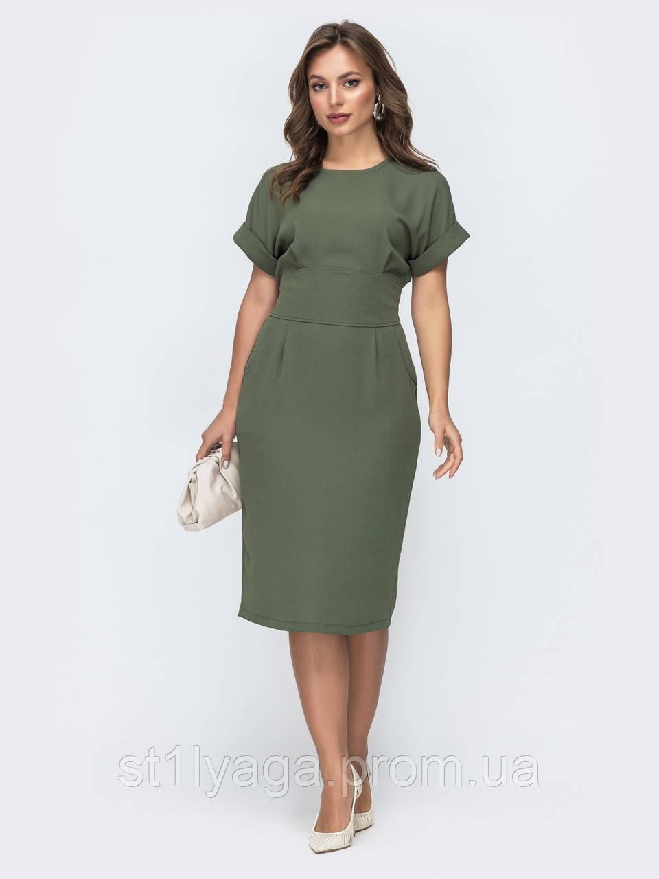 Однотонное приталенное платье с коротким рукавом