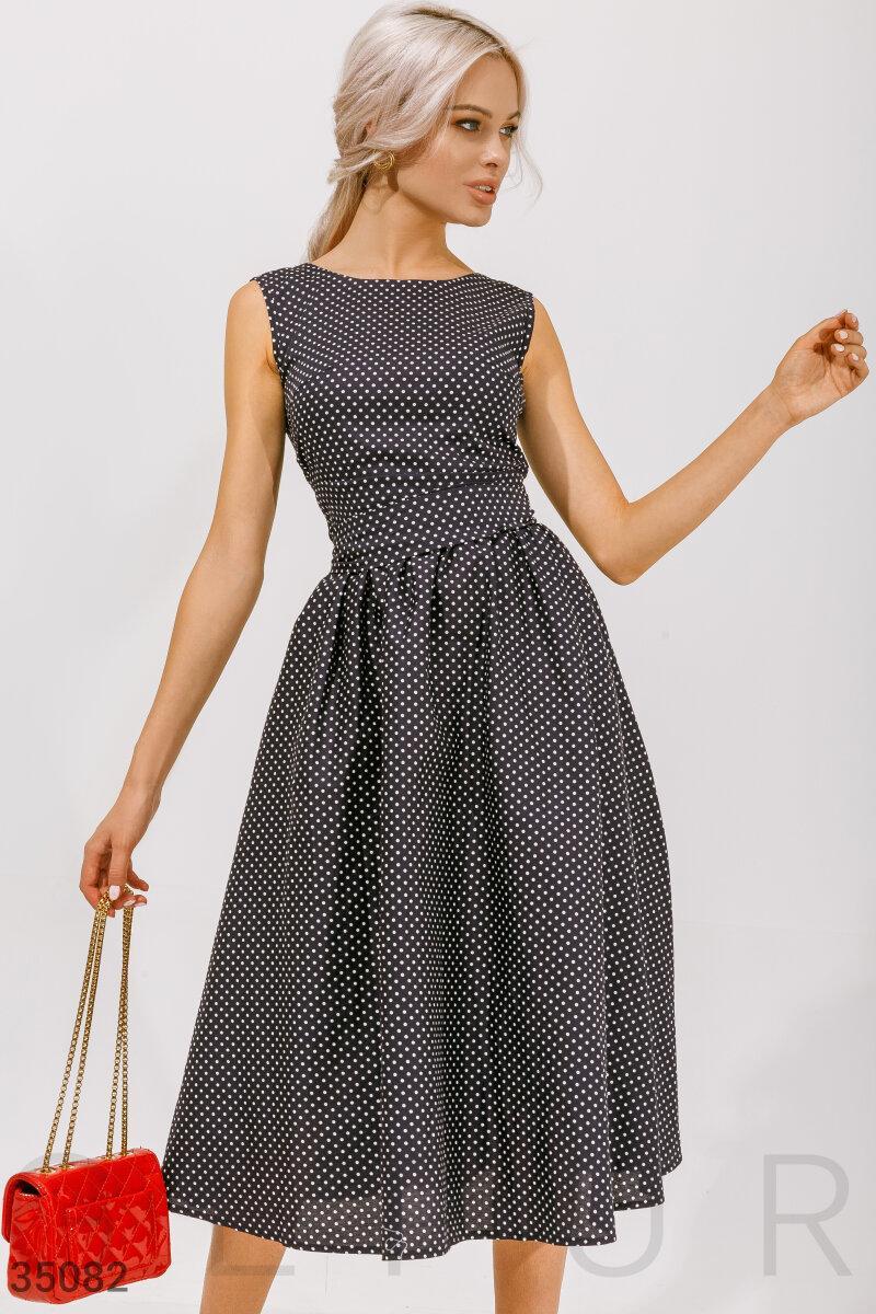 Расклешенное платье в горошек без рукавов
