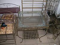 Кованый столик квадратный маленький.