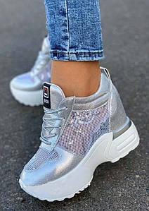 Серебристые женские кроссовки на высокой подошве