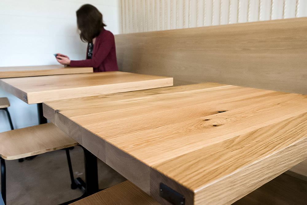 Столешницы из натурального дерева для столов в кафе