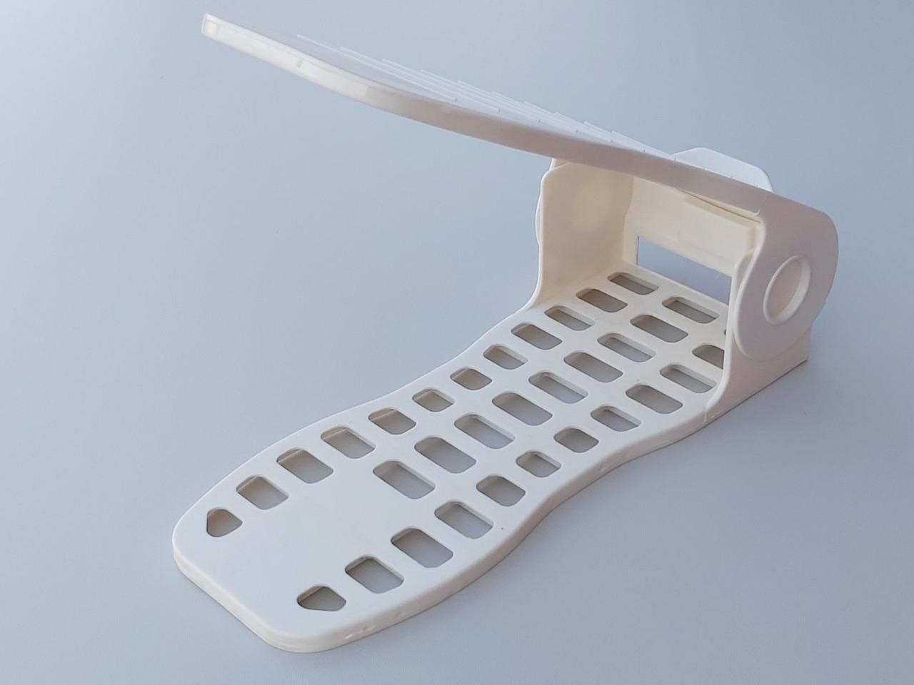 Двойная подставка-органайзер для обуви молочного цвета. Регулируется по высоте в 4 положениях.