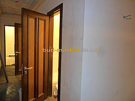 Установка межкомнатных дверей с витражными стеклами + подрезка и монтаж плинтусов 17