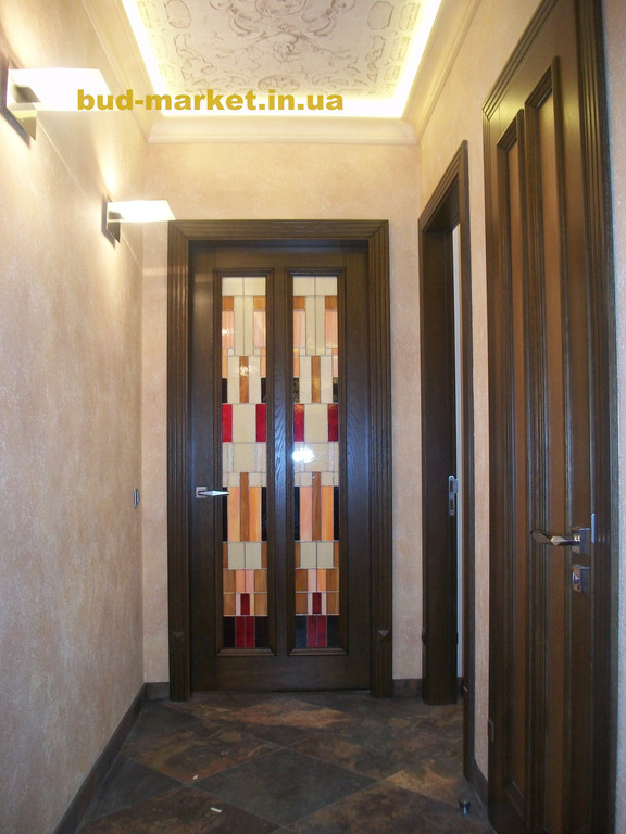 Установка межкомнатных дверей с витражными стеклами + подрезка и монтаж плинтусов