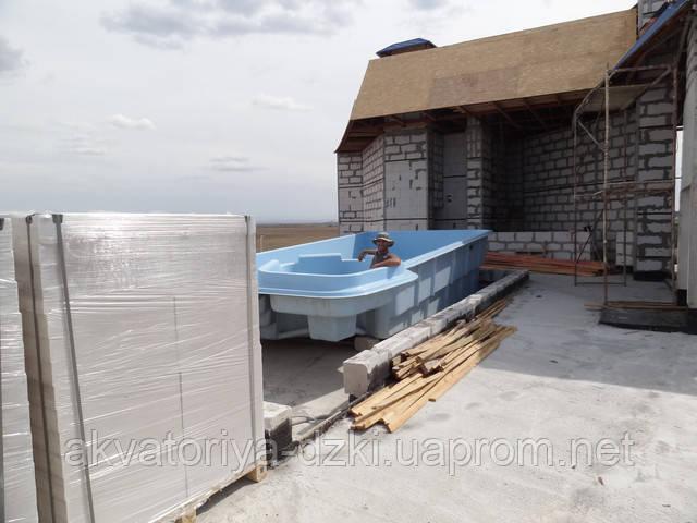 Скловолоконний басейн накрыше багатоповерхового готелю