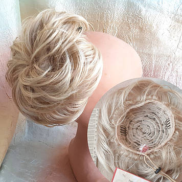Шиньон-бабетта на гульку короткий на гребешках пшеничный блонд KELI-24ВТ613