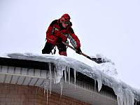 Уборка снега с крыши