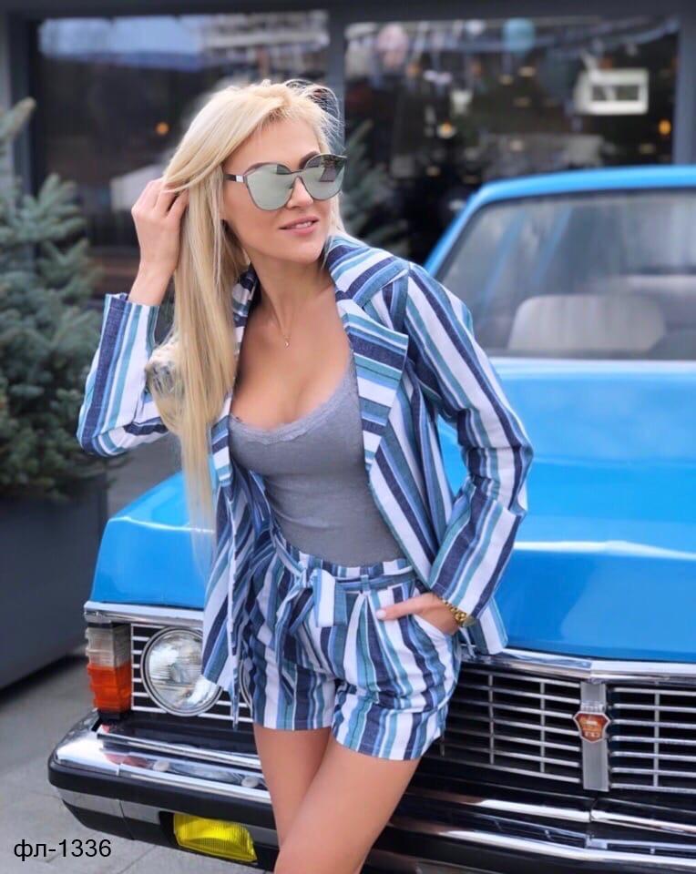 Стильный легкий женский костюм на лето с шортами из льна в полоску
