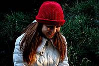 Женская вязаная шапка красная